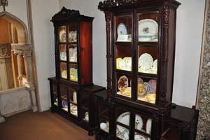 Шкафы со стеклянными дверями полны посуды