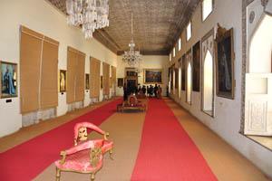 Огромный зал с портретами