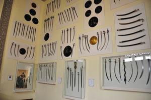 Зал вооружений представляет различные доспехи, мечи и ружья