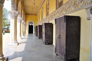 Металлические шкафы на задней стороне дворца
