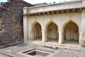 Небольшая пустая ванная рядом с арочным зданием