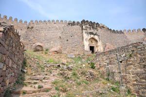 Высокие стены форта