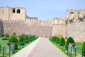 Путь к форту выложен тротуарной плиткой
