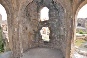 Одна из башень окрашена внутри