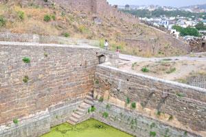 Бассейн форта зарос водорослями