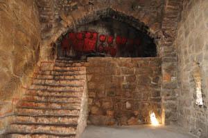 Тюрьма Рамдас внутри, красные и черные пятна на внутренней стене