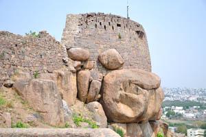 Стена состоит из натуральных пород и искусственного кирпича