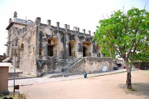 Одно из зданий в верхней части крепости
