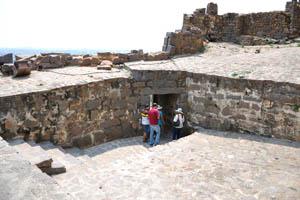 Туристы возвращаются вниз ко входу