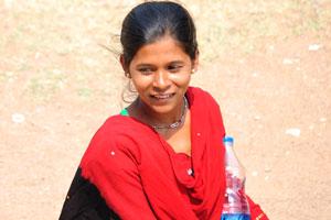 Индийская девушка с бутылкой питьевой воды