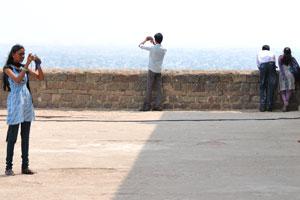 Туристы фотографируют на самой высокой точке форта