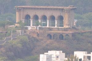 Это старинное здание можно увидеть с вершины форта