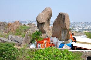 Храм был основан на огромных камнях