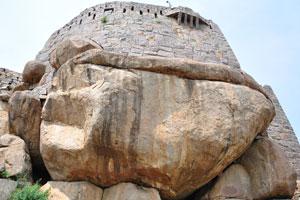 Огромный камень лежит в основании башни форта