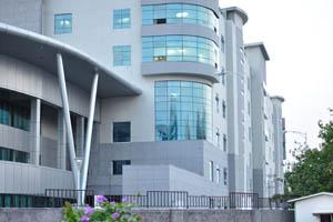 Здание серебряного цвета