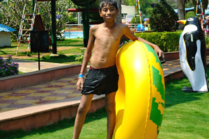 Индийский мальчик с надувным кругом для плавания