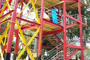 Извилистая лестница ведет к верхней части горки