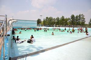 Огромный бассейн для отдыха