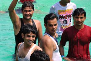 Молодые люди в бассейне
