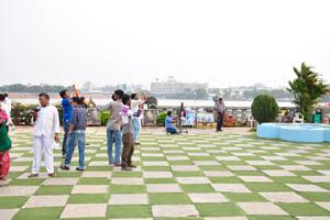 Территория у Статуи Будды полна фотографирующих туристов