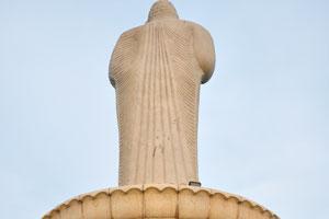 На обратной стороне статуи Будды
