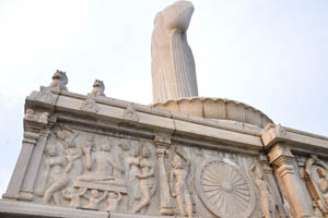 Статуя Будды, вид сбоку снизу