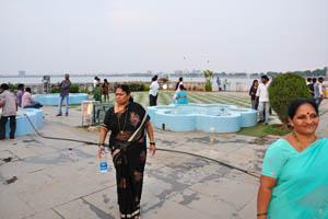 Индийская женщина с бутылкой питьевой воды Кинли