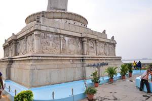 Скульптуры на фундаменте статуи Будды