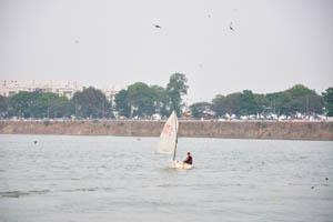 Парусная яхта на озере Хуссейн Сагар