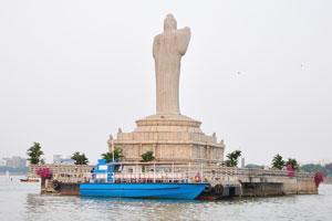 Статуя Будды находится в середине озера Хуссейн Сагар
