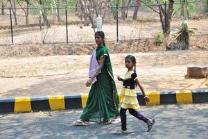 Индийская женщина с пластиковой бутылкой на голове