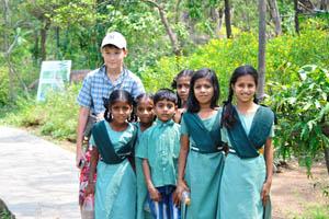 Мой сын и индийские школьницы (есть один мальчик)