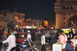 Дорога вокруг Чарминара полна транспортных средств и людей