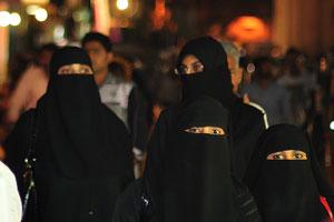 Чарминар: Четыре женщины в чёрных одеждах