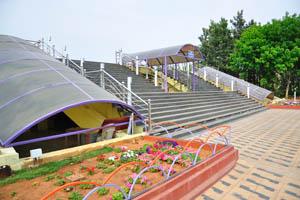 Широкая лестница над железнодорожной станцией