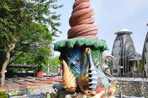 Статуя состоит из искусственных раковин и крокодилов