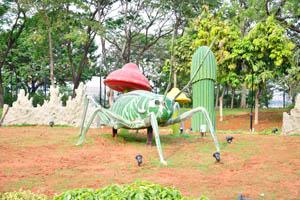 Огромный искусственный бело-зелёный кузнечик