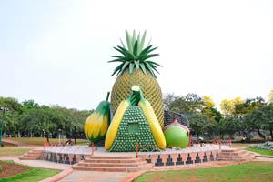 Здание с формой ананаса и других фруктов