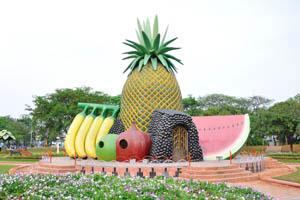 Здание с формой банана и арбуза
