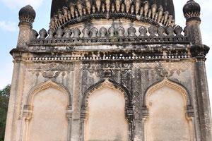Гробница Фатимы Султаны имеет три арки с каждой стороны