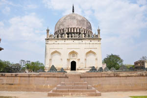 Вид спереди на гробницу Кули Кутб Шаха 1-го