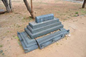 Небольшая каменная гробница