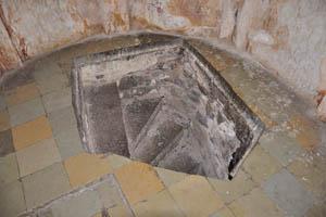 Гробница Ибрагима Кутб Шаха IV, лестница в подвал