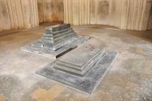 Гробница Ибрагима Кутб Шаха IV, две гробницы внутри