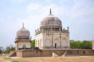 Кули Кутб Шах I, две гробницы