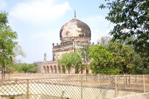 Огромная мечеть вдалеке