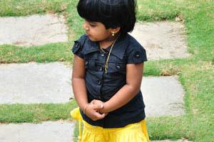 Симпатичная маленькая индийская девочка