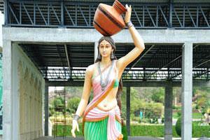 Статуя женщины с кувшином