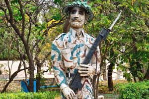 Статуя солдата с ружьём