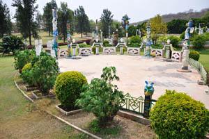 Высокие статуи и крошечная огороженная территория